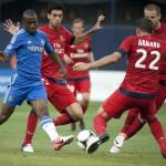 Jugadores del CFC y PSG lucan por el balon
