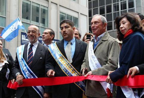 De izquierda a derecha,Edgardo Alonso,el consul  español Juan Ramon Martinez el alcalde Michael Bloomberg y la directora de asuntos de la mujer de la alcaldia