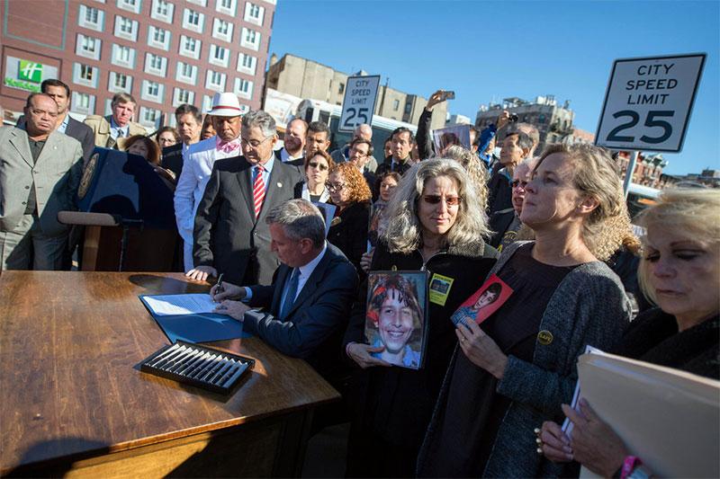 El alcalde de Blasio promulga ley que reduce límite de velocidad a 25 MPH en Ciudad de Nueva York