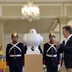 Botero regala 'Paloma de la paz' como homenaje a acuerdo en Colombia