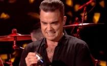 ¿Asco? Robbie Williams se desinfecta las manos tras tocar a fans